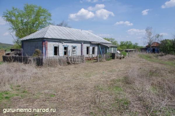 Один из брошенных домов
